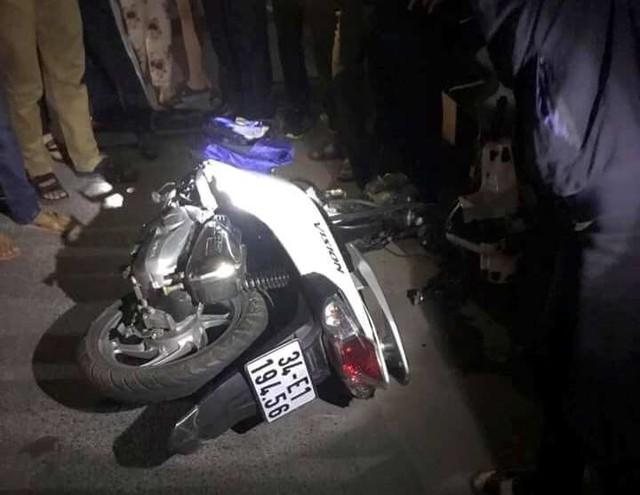 Vụ va chạm khiến chiếc xe máy của nạn nhân bị gãy đôi phần trước. Ảnh: Quỳnh Trang