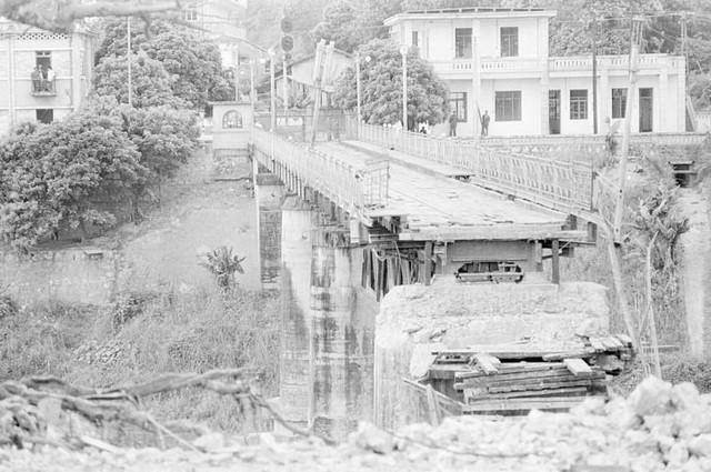 Cầu Hồ Kiều ở thị xã Lào Cai, tỉnh Hoàng Liên Sơn (nay thuộc tỉnh Lào Cai) bị địch dùng thuốc nổ phá sập khi rút lui, cuối tháng 3/1979. (Ảnh: Nguyễn Trân/TTXVN)