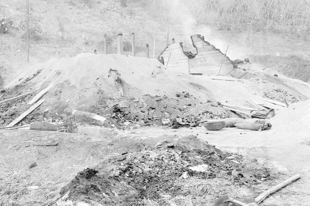 Kho thóc ở Bến Đền, tỉnh Hoàng Liên Sơn (nay thuộc Lào Cai) bị địch đốt cháy trước khi rút chạy. (Ảnh: Nguyễn Trân/TTXVN)