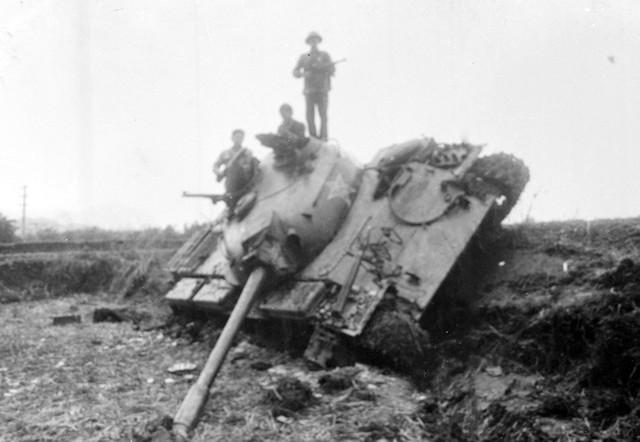 Xe tăng địch bị quân ta đánh lật nhào trong đợt 17/2/1979. (Ảnh: Mạnh Thường/TTXVN)