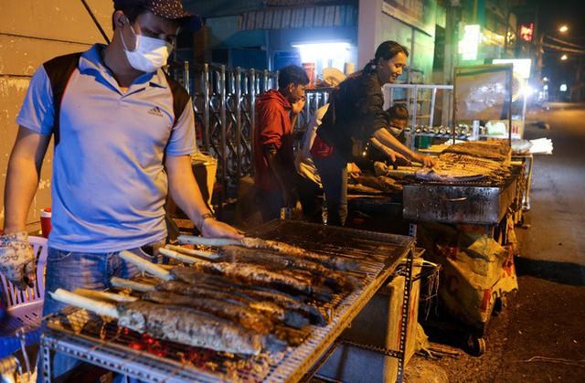 Ở miền Nam, khi cúng Thần tài, ngoài vàng, hoa quả, thịt heo quay... thì không thể thiếu con cá lóc nướng.