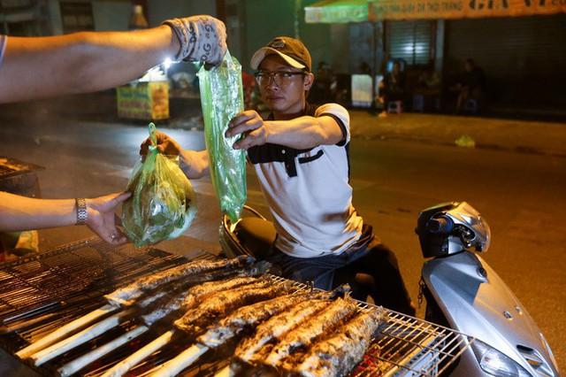 Ngay trong đêm, đã có nhiều khách ghé mua cá nướng. Một con cá lóc nướng ăn kèm với rau, đậu phộng mỡ hành có giá từ 130.000 đồng đến 170.000 đồng tùy loại.