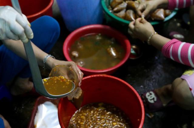 Trong góc bếp, nhóm nhân viên nữ luôn tay đổ mắm nêm vào bịch. Mỗi cửa hàng đều có bí quyết pha chế mắm theo công thức riêng.