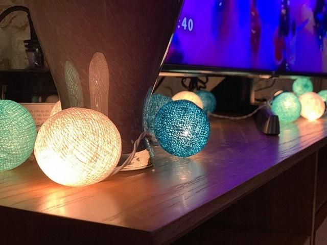 Nam Cường còn sử dụng loại đèn nhiều màu sắc khác nhau để tạo ấn tượng cho phòng khách.