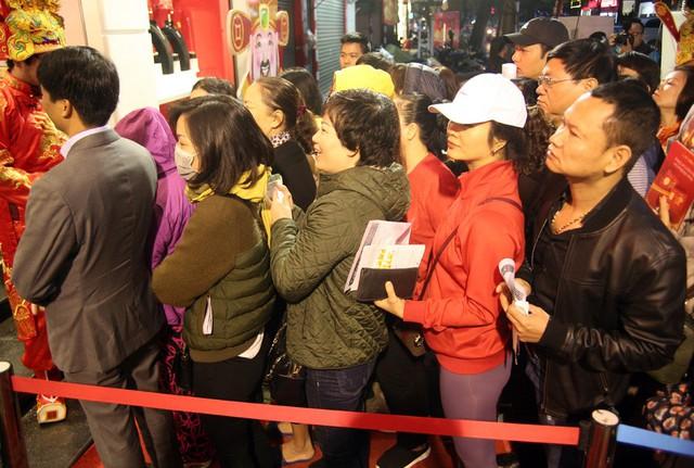 Dù trời chưa sáng, nhưng từ 5h sáng nhiều người đã có mặt tại các tiệm vàng trên phố Trần Nhân Tông xếp hàng chờ đến giờ mở cửa mua vàng ngày Vía Thần Tài.