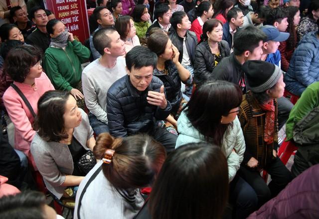 Trong khi đó, đối diện cửa hàng này là tiệm vàng của thương hiệu Bảo Tín Minh Châu hàng trăm khách hàng ngồi xếp theo từng hàng để chờ vào bên trong.