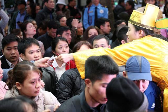 Nhân viên Bảo Tín Minh Châu phát phiếu cho khách hàng.
