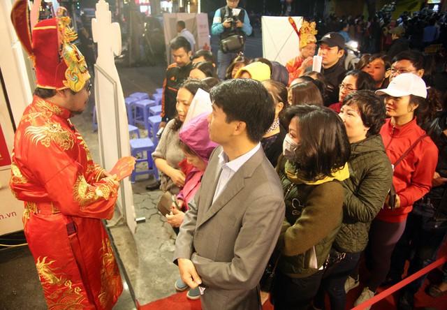 Trước khi mở cửa đón khách, tiệm vàng của thương hiệu Phú Quý đã chúc mừng những khách hàng đầu tiên trong ngày Thần Tài.
