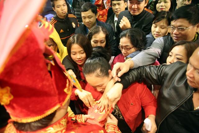 Ngay sau đó, tiệm vàng Phú Quý đã phát lì xì may mắn cho những khách hàng mua sắm đầu tiên trong ngày Thần Tài, hàng trăm người ngay sau đó đã nhanh chóng chen chân để nhận.