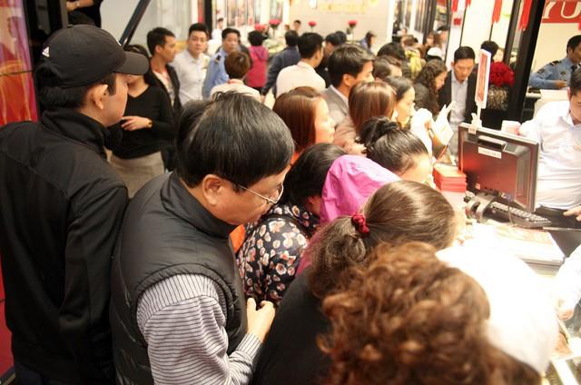 Chỉ chưa đầy 1 phút ngay sau khi mở cửa, bên trong tiệm vàng đã đông chật kín khách vào giao dịch, mua bán.