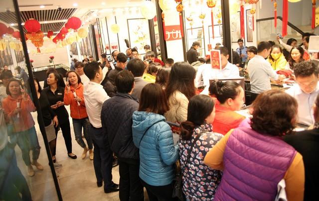 Cảnh tượng đông đúc lúc 6h40 phút bên trong tiệm vàng.