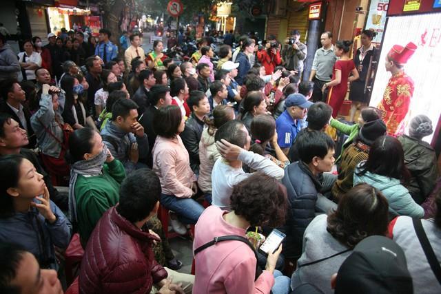 Theo dự đoán, trong ngày Thần Tài năm nay phố Trần Nhân Tông sẽ vô cùng sôi động do lượng khách kéo đến đông đột biến.