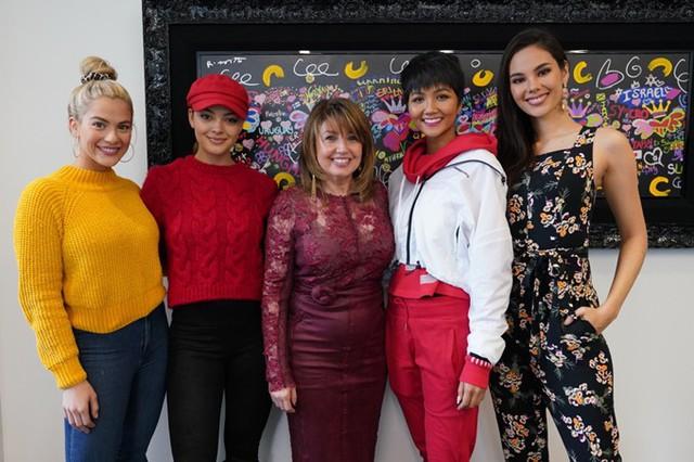 Ngày 13/2, trong chuyến công tác đến New York, Mỹ, Hoa hậu HHen Niê (thứ hai từ phải sang) dành thời gian đến trụ sở của tổ chức Miss Universe. Cô hội ngộ các mỹ nhân: Miss USA 2018 - Sarah Rose Summer (trái), Miss Universe 2017 - Demi‑Leigh Nel‑Peters (thứ hai từ trái sang), Miss Universe 2018 - Catriona Gray (phải).