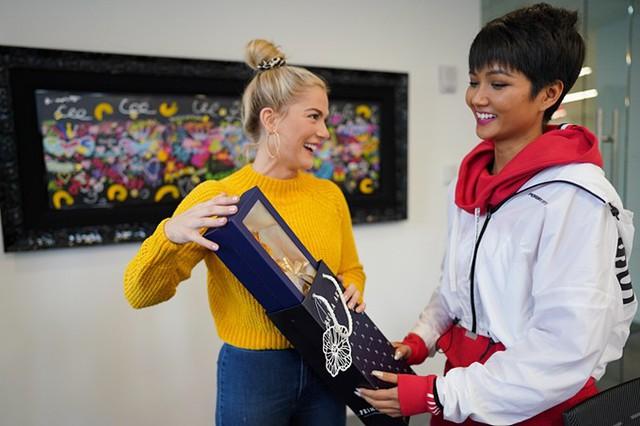 Nhân dịp hội ngộ, HHen tặng Sarah một bông hồng - đúng với tên đêm của người đẹp Mỹ. HHen cũng gửi lời chúc mừng Sarah nhận được lời cầu hôn từ bạn trai Conner Ryan Combs sau chung kết Miss Universe 2018.