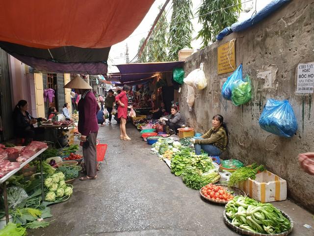 Một góc hàng rau xanh tại chợ tạm Quan Nhân. Ảnh: Bảo Loan