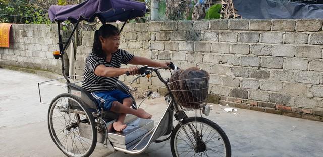 Sau những mẻ bánh đa ra lò bà Hoa lại rong ruổi trên chiếc xe lăn đi giao hàng. Ảnh: Sơn Nguyễn