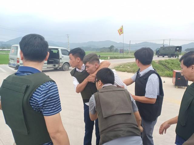 Một đối tượng bị cảnh sát bắt giữ. Ảnh: Hồ Thắng.