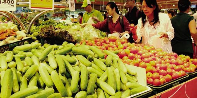 Nhiều siêu thị giữ giá các mặt hàng thực phẩm tươi sống hút khách hàng.