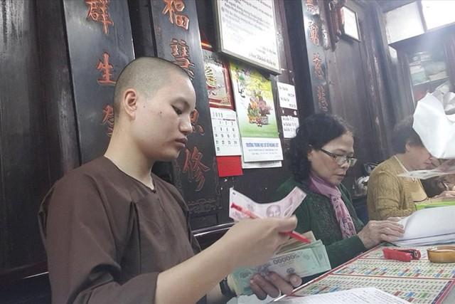 Thu tiền dâng sao giải hạn ở chùa Phúc Khánh.