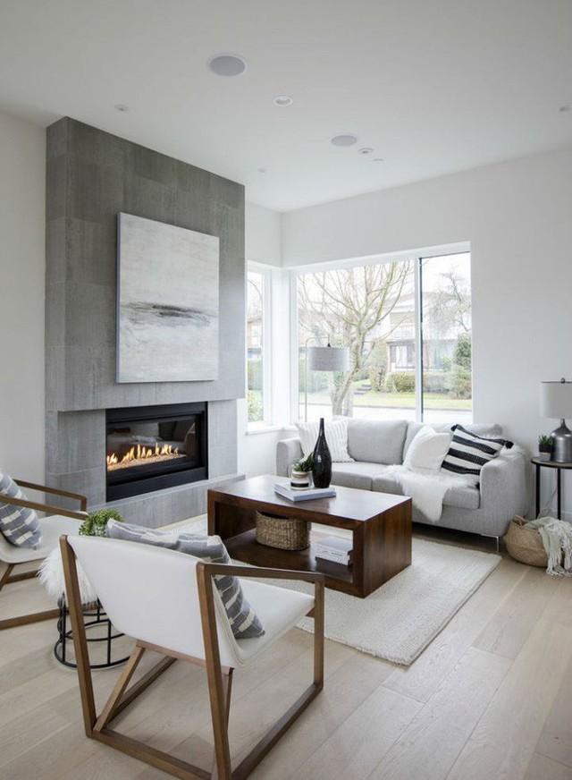 Phòng khách ấm cúng với lò sưởi hiện đại.