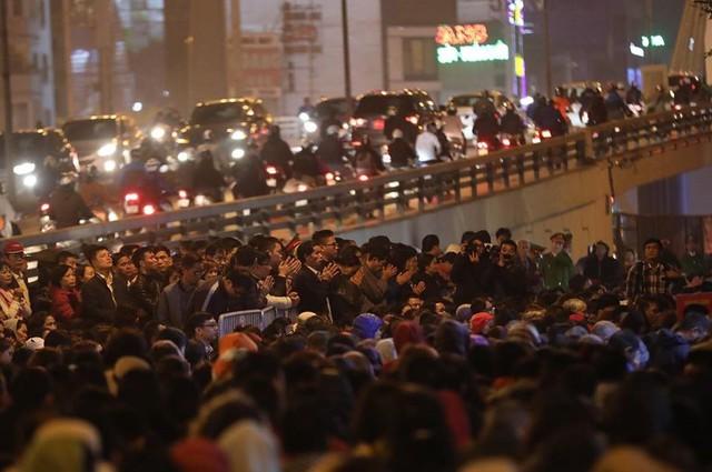 Người làm lễ cầu an ở chùa Phúc Khánh đứng tràn ra đường Tây Sơn.