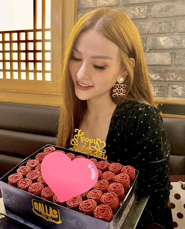 Dòng chữ Yêu bà xã trên bánh sinh nhật bị Thu Thủy che bằng biểu tượng trái tim
