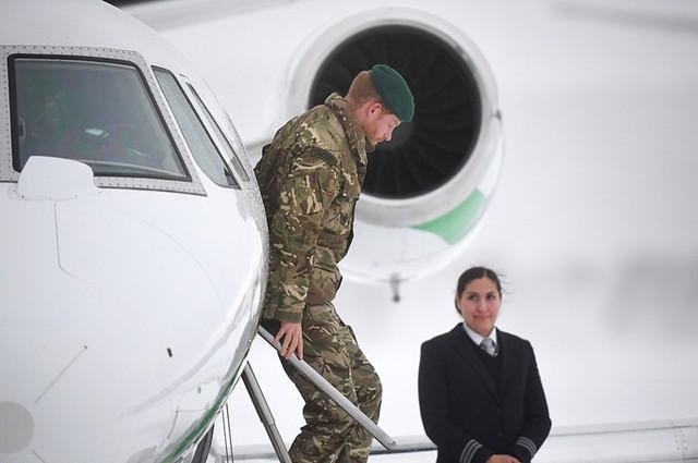 Hoàng tử 34 tuổi bay đến doanh trại bằng máy bay với chi phí khoảng 24.000 USD để gặp các quân nhân Anh.