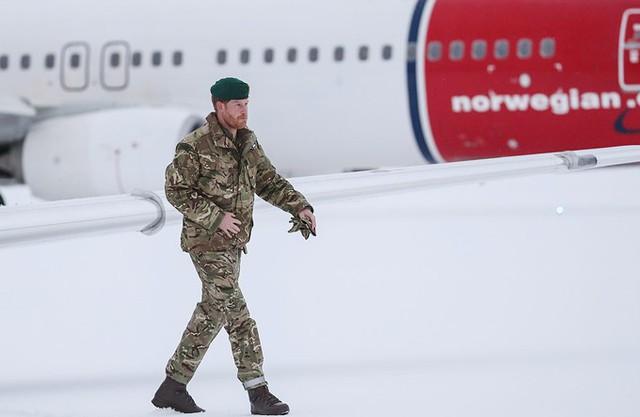 Harry bước ra khỏi máy bay trong bộ quân phục của Thủy quân lục chiến hoàng gia trong tiết trời lạnh giá.