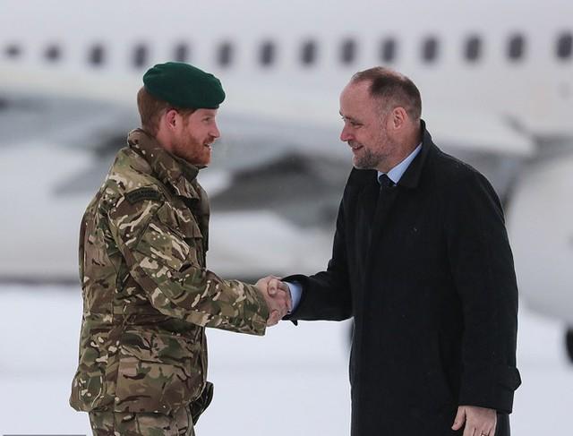 Hoàng tử Anh được chào đón bởi đại sứ Vương quốc Anh tại Na Uy, Richard Wood.