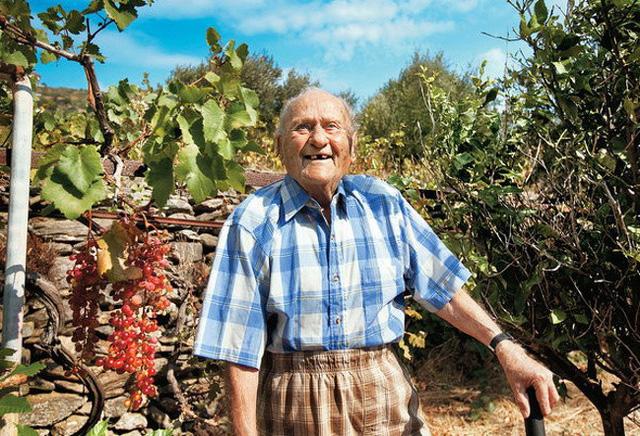 Ông Stamatis Mora sống hạnh phúc trên đảo Ikaria suốt gần 37 năm dù các bác sĩ dự đoán thời gian của ông chỉ còn khoảng 9 tháng.