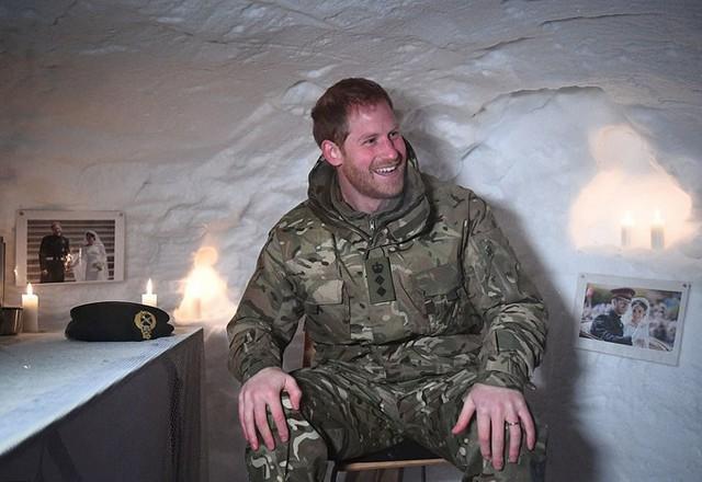 Trong một phần chuyến thăm, Harry được sắp xếp ở trong một ngôi lều bằng tuyết. Trong lều, các quân nhân tạo bất ngờ cho hoàng tử bằng cách trang trí những bức ảnh đám cưới của Harry và Meghan lên tường.