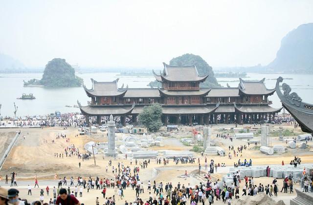 Sáng ngày 16/2, hàng vạn người dân từ khắp nơi đổ về ngôi chùa đang trong quá trình hoàn thiện. Đây là năm đầu tiên chùa tổ chức khai hội.