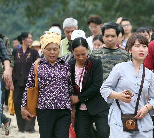 Đường lên các điện thờ chính của ngôi chùa có độ dốc cao, nhiều đá dăm nên nhiều người hành hương lễ chùa gặp ít nhiều khó khăn.