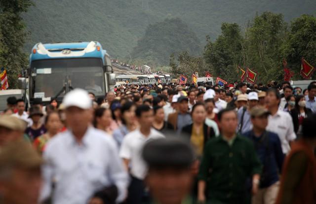 Cảnh đường dẫn lên chùa cách khoảng 500m đông kín người.