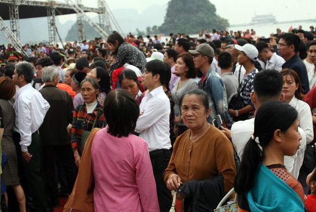 Tại sân khấu chính diễn ra lễ khai hội đông kín du khách đến tham dự.