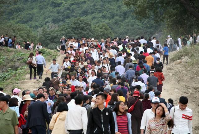 Rất nhiều người cho biết, bản thân đã thức dậy từ sáng sớm để có mặt ở ngôi chùa. Bãi trông giữ xe cách xa khoảng 3,5km trong khi đó lượng xe điện phục vụ không xuể.