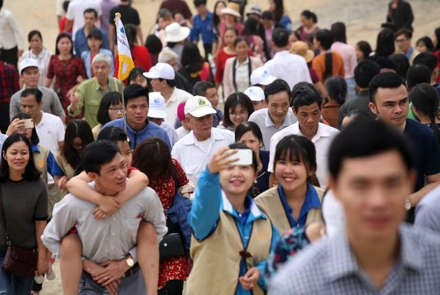 Dù rất mệt mỏi, nóng nực và chen chúc nhưng nhiều người vẫn cố gắng leo lên đỉnh núi.