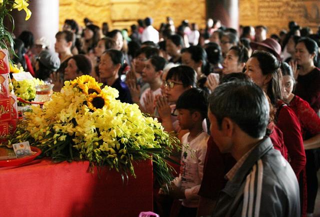 Bên trong chùa, nơi đặt tượng Phật người dân khấn vái cầu may mắn.