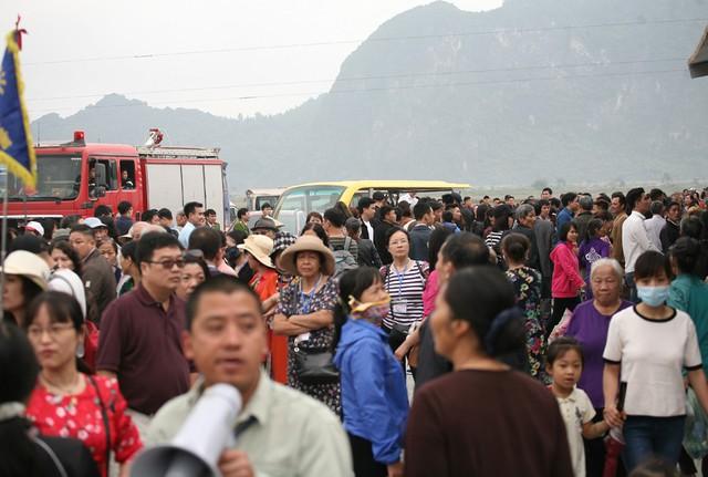 Hàng nghìn người đứng mòn mỏi ở bến xe điện, trong khi đó rất nhiều tiếng gọi nhau í ới rủ đi bộ lên chùa.