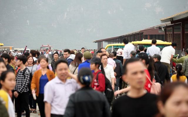 Lượng người kéo đến đông dồn dập khoảng gần 2h đồng hồ từ khoảng 8h đến gần 10h sáng khiến cảnh đông đúc ở khắp mọi nơi.