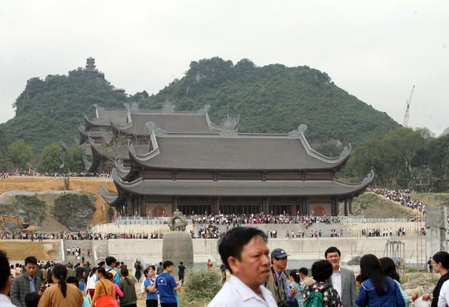 Quần thể chùa Tam Chúc đang trong quá trình xây dựng, hoàn thiện nhưng với người dân, đây là điểm đến tâm linh lý tưởng nên khi khai hội hàng chục vạn người kéo đến.