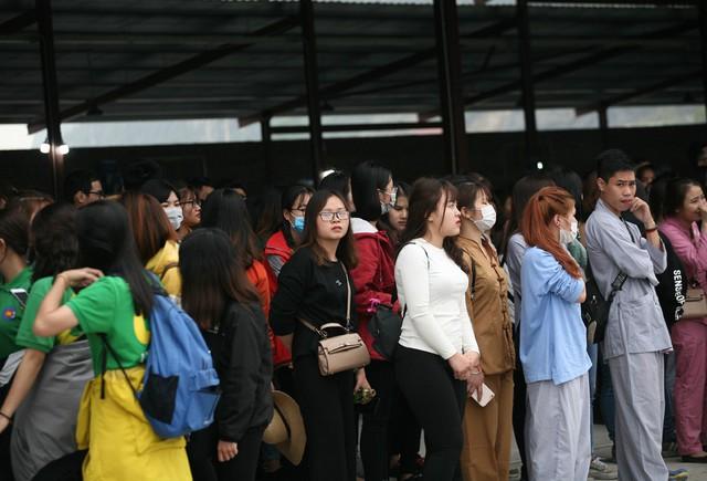 Một nhân viên bảo vệ cho biết, tại đây có khoảng 300 chiếc xe điện chạy liên tục để phục vụ du khách đi lễ chùa nhưng vẫn không xuể. Trong ngày khai hội, chùa Tam Chúc đã miễn phí vé gửi ô tô, xe máy và miễn phí vé xe điện cả 2 chiều.