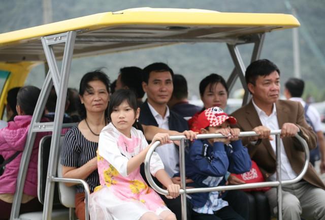 Số ít người may mắn khi được yên vị trên xe điện.
