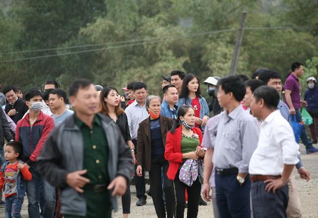 Cảnh người dân tỏ ra mệt mỏi, uể oải khi cứ đi lòng vòng nhiều lần và không biết lên chùa bằng cách nào.