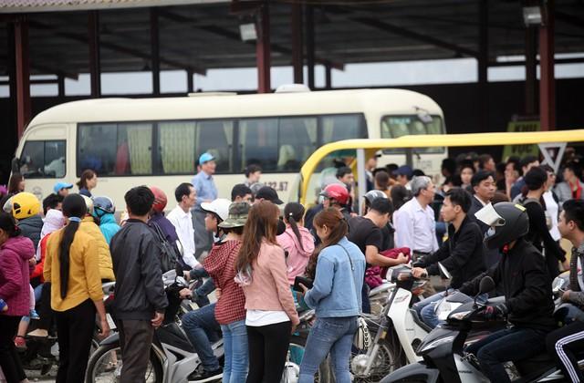 Khoảng 8h sáng ngày 16/2, hàng chục vạn du khách từ khắp nơi đổ về chùa Tam Chúc - ngôi chùa được xem lớn nhất thế giới sau khi hoàn thiện xong phần xây dựng.