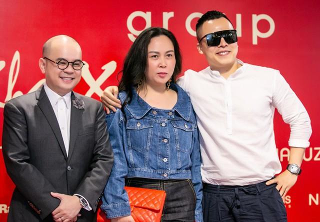 Ông bầu Vũ Khắc Tiệp, doanh nhân Phượng Chanel - bạn gái Quách Ngọc Ngoan - bay từ Sài Gòn ra để dự chương trình khai trương đầu xuân.