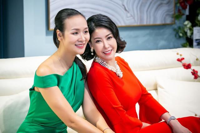 Trong sự kiện hôm qua, Hoa hậu Việt Nam 1992 hội ngộ với cựu siêu mẫu Bảo Ngọc. Cả hai từng đi diễn cùng nhau nên có rất nhiều kỷ niệm đẹp để hàn huyên.