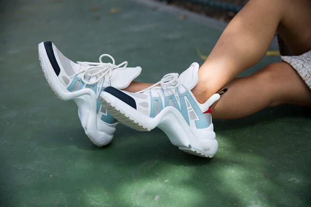 Mẫu giày hot trend này thường được chọn để phối cùng jeans, váy ngắn và hoàn hảo nhất là mix cùng những bộ cánh theo phong cách thể thao.
