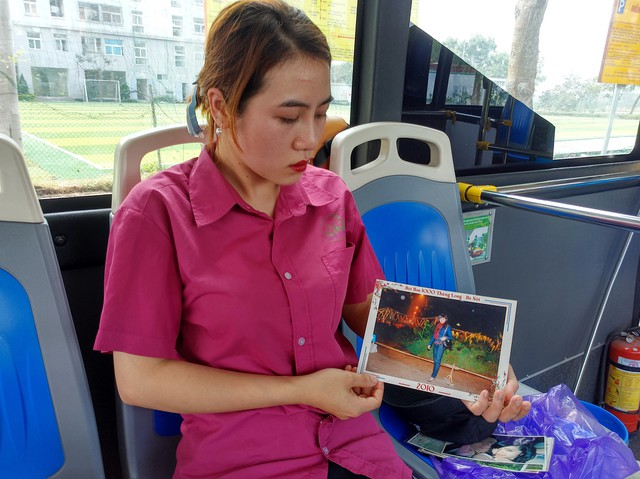 Chị Nguyễn Thị Quỳnh Anh, em gái chị Vân luôn giữ những tấm ảnh về chị gái mình.