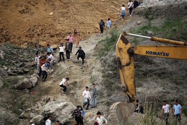 Có nhiều hướng để du khách di chuyển lên chùa nhưng không ít người đã lựa chọn lối đường mòn khá hiểm trở.